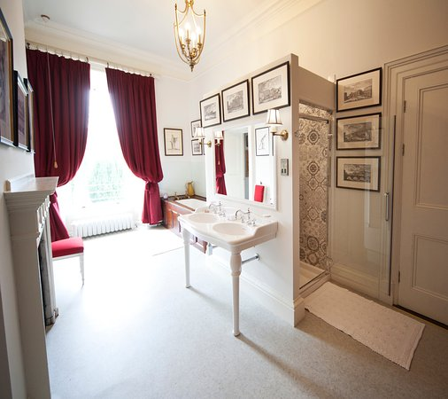 Glaslough, Irlanda: bathroom in The Red Master Bedroom in The Castle