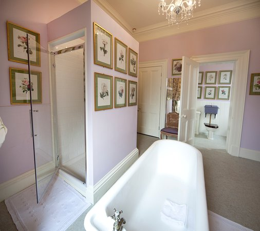 Glaslough, Irlanda: Bathroom in The Mauve Master Bedroom in The Castle