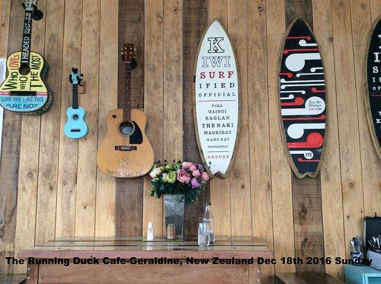Geraldine, Yeni Zelanda: decor on wall-they invite you to tryat the guitar