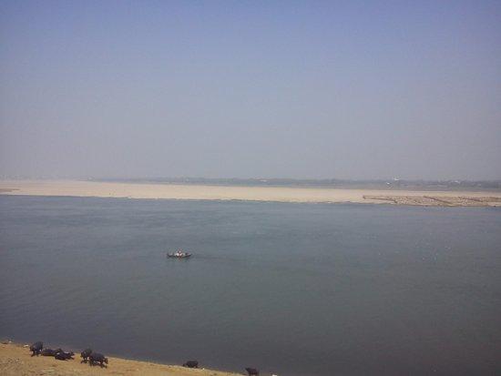 Vista Del Ganges En Varanasi Desde La Terraza De Yoga Mandir