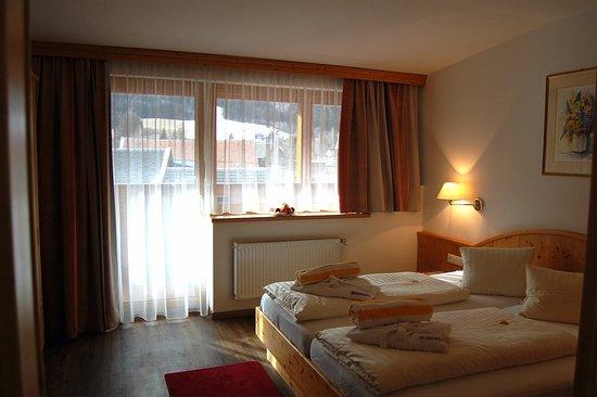 Weissbriach, Austria: Dreibettzimmer mit Balkon