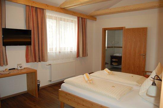 Weissbriach, Austria: Barrierefreies Doppelbettzimmer Lärche mit Dusche