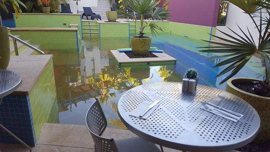 Peninsula Boutique Hotel: Breakfast poolside
