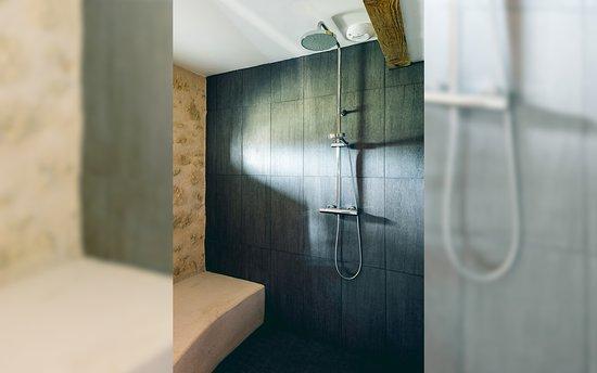 Rauzan, Франция: La salle de bain de la suite Le Pigeonnier
