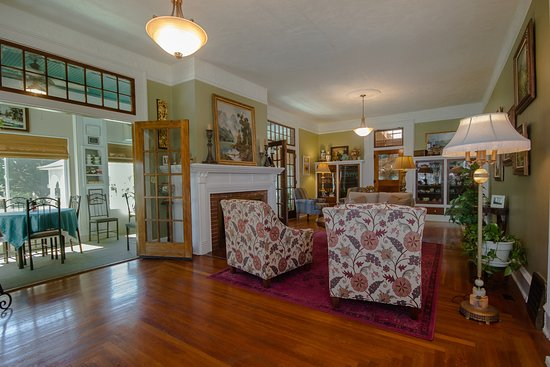 Marshfield, MO: Main Parlor with a view into the dining porch