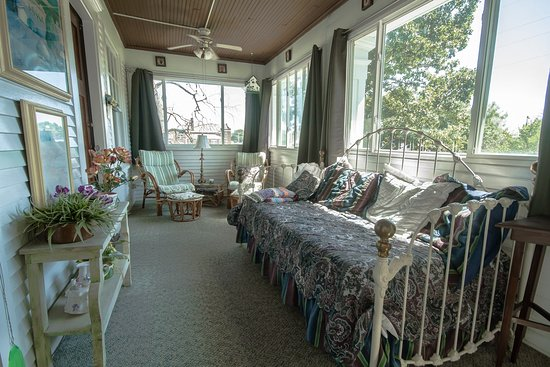 Marshfield, MO : 2nd floor sleeping porch. Shared by the Heritage and Fontaine rooms