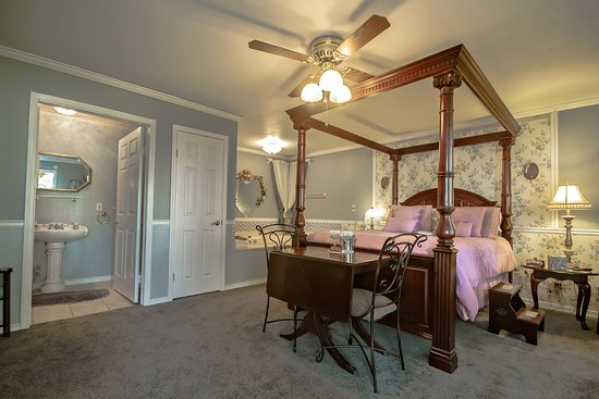 Marshfield, MO: The Queen Anne Suite