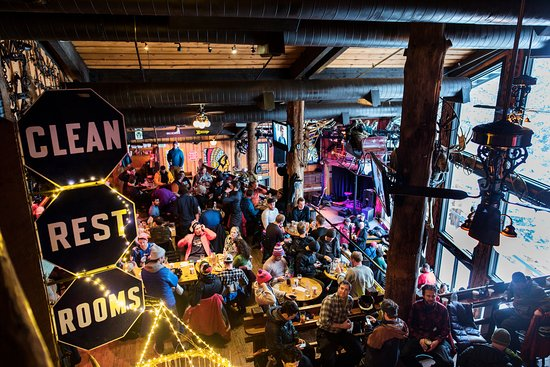 Teton Village, WY: Busy apres ski scene at the Mangy Moose.