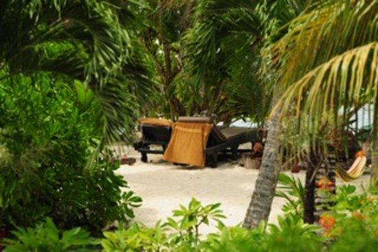 Villas Du Voyageur: Privater Strandbereich mit super bequemen Liegen und Hängematte