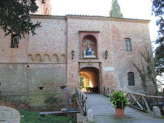 Asciano, Italien: L'edificio che introduce al complesso