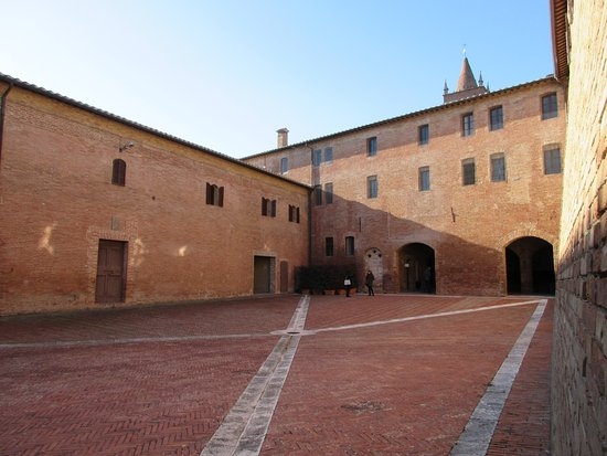 Asciano, Italien: Interno di uno dei cortili