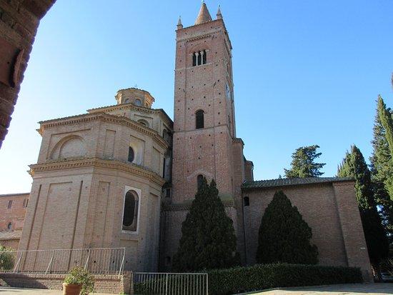 Asciano, Italy: Veduta laterale della chiesa