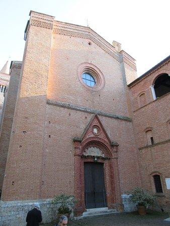 Asciano, Italien: La facciata della chiesa