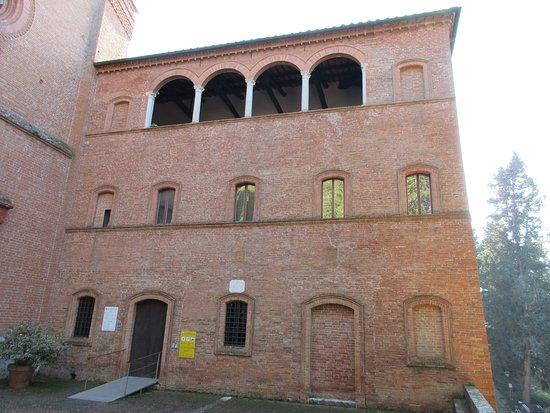 Asciano, Italy: Fabbricato al lato della facciata