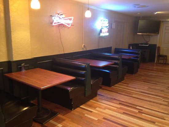 BLUE Coyote Grill: tables