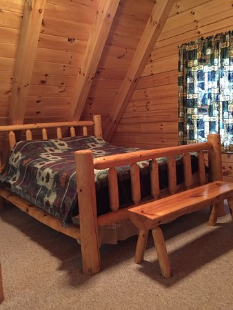 New Plymouth, OH: Dogwood Cabin loft bedroom