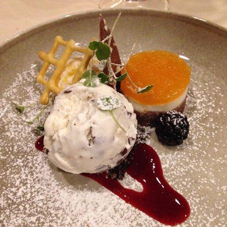 Zelzate, België: Dessertbordje van de chef met pana cotta en passievrucht