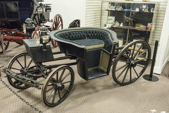 Weirsdale, FL: A carriage with a side view.