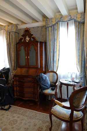 Hotel Canal Grande: Corner room with views of Grand Canal