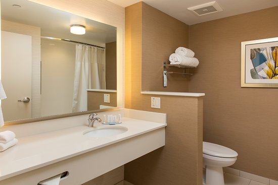 Folsom, CA: Updated and stylish décor are standard in our roomy bathrooms including a bathtub and compliment
