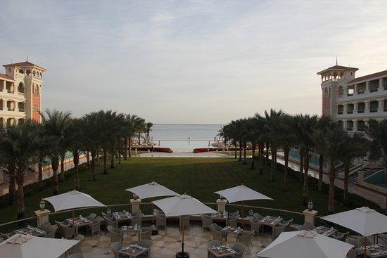 Aussicht von der Lobbyterrasse; unten die Terrasse vom Red Sea Restaurant, vorne der Infinity Po