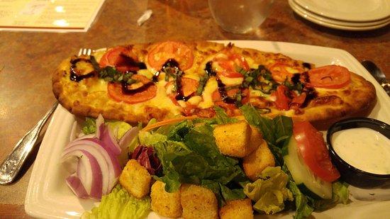 York, Pensylwania: margherita pizza with house salad