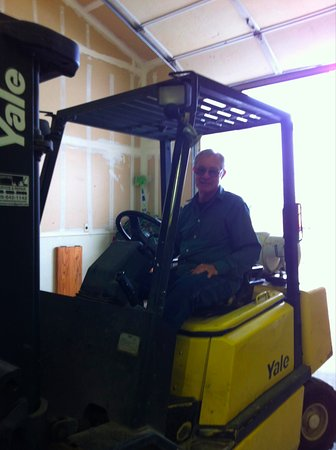 Plymouth, Californië: Tom Dillian busy moving wine in the warehouse.