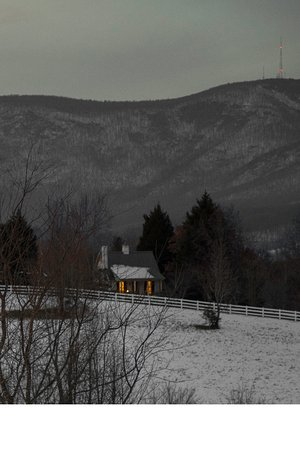 Landrum, Carolina del Sur: Snowy evening with a warm cottage.