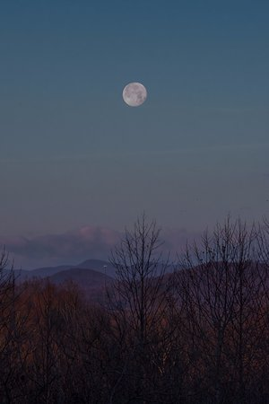 Landrum, Carolina del Sur: A moonset over the Blue Ridge Mountains