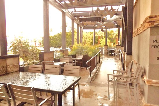 Rancho Mirage, كاليفورنيا: Great patio areas, just not on this rainy day.