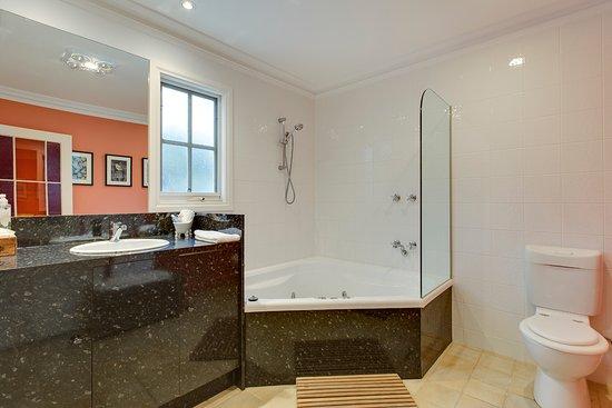 Glen Isla House: Heritage Suite Bathroom