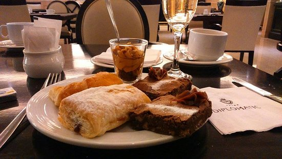 Restaurant Diplomatic Hotel: Pastries and Sparkling Wine in the Breakfast