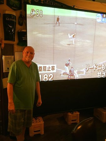 Izumi, Japón: Dave is the owner. Sometimes they have sport on the big screen.