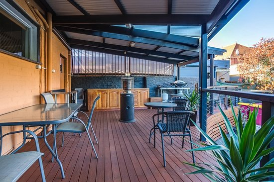 The Mews Motel : BBQ Facility on Lovely Deck