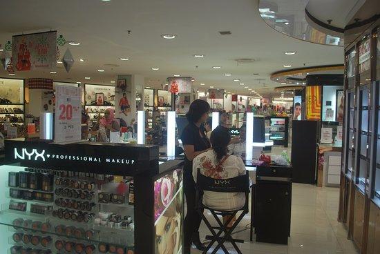 Matahari Kuta Square: Free makeup for cosmetics purchase.
