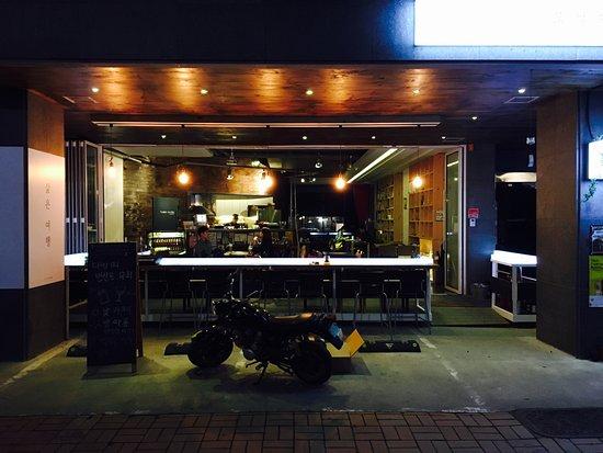 Cheonan, Sør-Korea: 모닐다방 전면 (밤)
