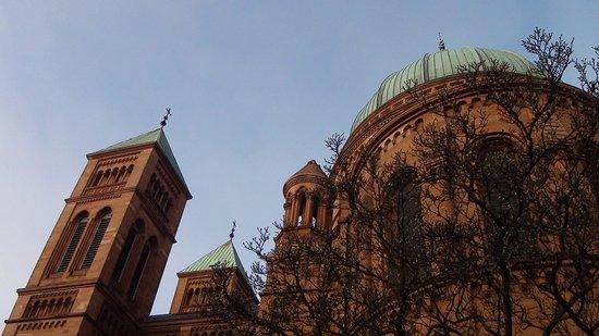 Église catholique Saint Pierre le Jeune : clochers et coupole