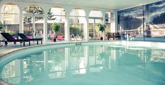 Velizy-Villacoublay, Frankrijk: Moment de dédente dans une eau à 31°c - Enjoy our heated (31°c) pool