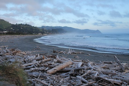 Oceanside RV Park: Beach stones throw away from the park.