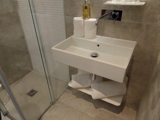 Hotel Lisboa Tejo: casa de banho moderna