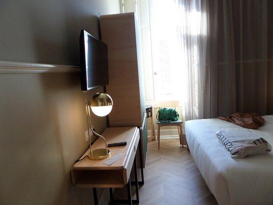 Hotel Lisboa Tejo: Quarto pequeno, mas acolhedor. Com cofre e mini bar