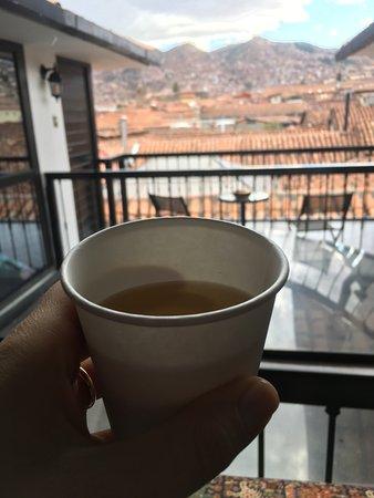 Tierra Viva Cusco Plaza: Chá para os hóspedes e vista da área comum