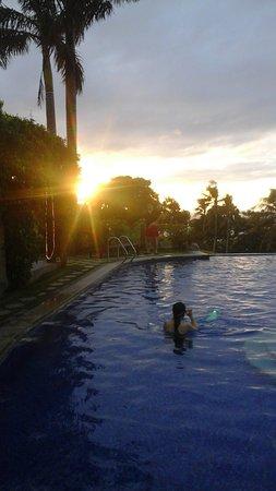 Hotel Soffia Boracay: The pool area at sunset