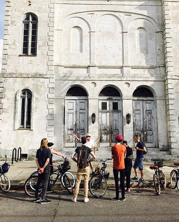 Confederacy of Cruisers Bike Tours : Tour stop in New Orleans by the Marigny Opera House