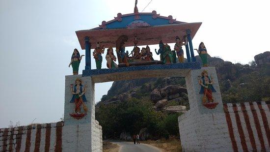 Mahbubnagar, อินเดีย: Ghat Entrance Closeup