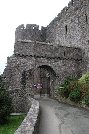 Pembroke, UK: The entrance to the castle