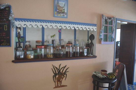 Anse-Bertrand, Guadeloupe: Un comptoir de punchs arrangés fait maison