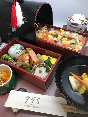 Doozo Art Books & Sushi: Tokusei Chirashi bento: comprende Chawanmushi, Sumashi jiru, Dorayaki fatto in casa. 特製ちらし弁当。茶碗蒸