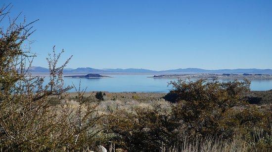 Lee Vining, CA: Вид на озеро Моно со смотровой площадки