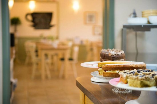 Gamlingay, UK: Woodview Farm Café serves a range of tempting cakes and hot beverages.